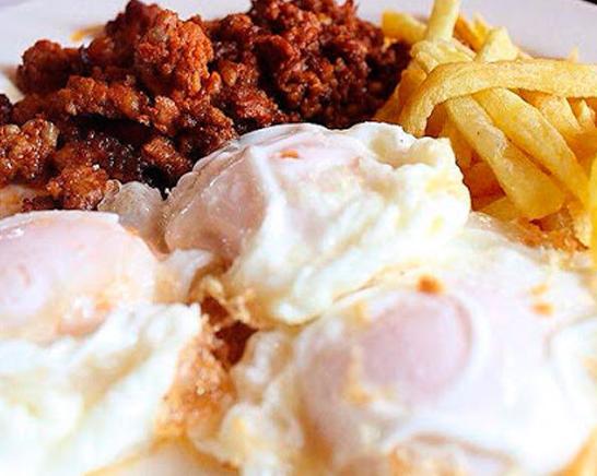 Plato de la abuela con huevos picadillo y patatas